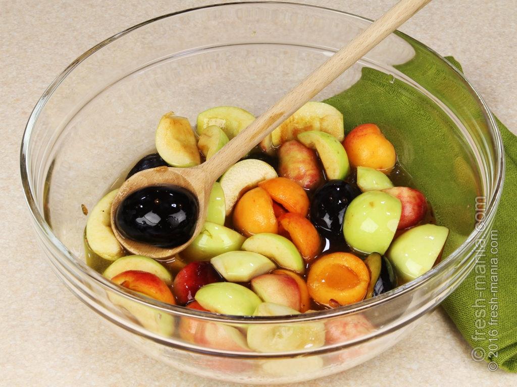 Дольки фруктов перемешиваем с мёдом