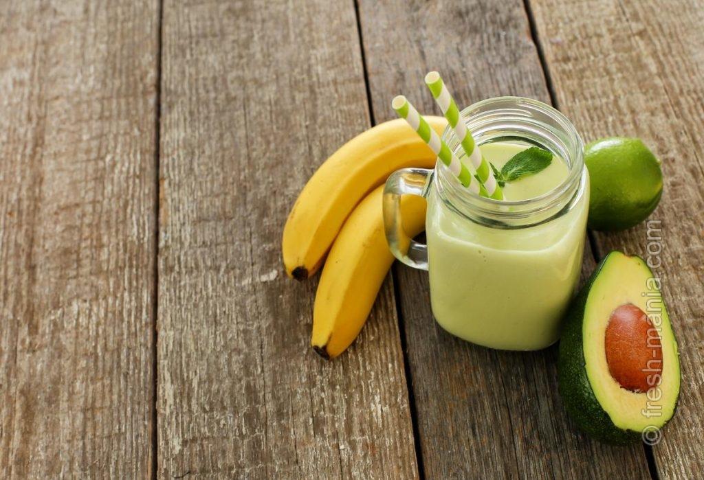 Сочайте зелень с фруктами и овощами в пропорции 2:3