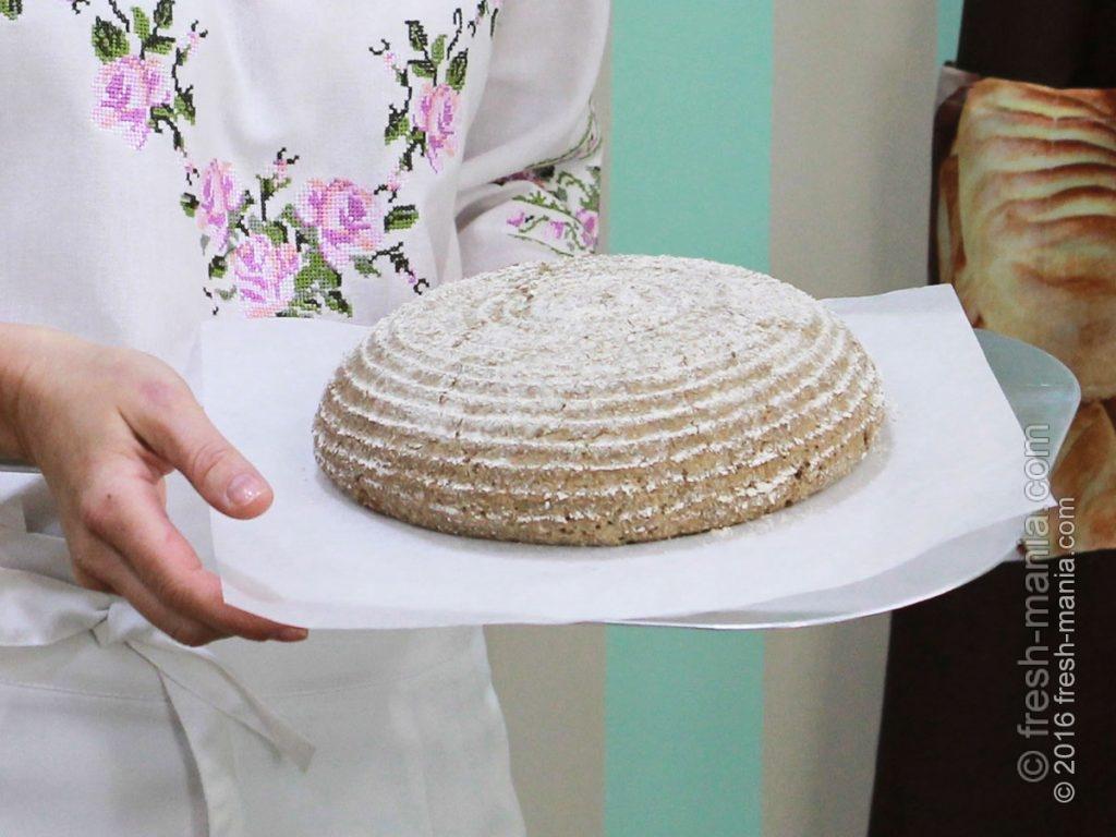 Ложим сформированную буханку на камень для выпечки