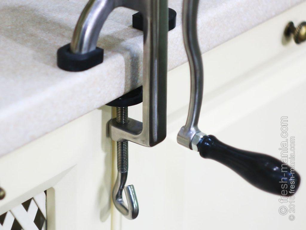 Manual Juicer BL-30 фиксируется на столешнице с помощью надежного крепления