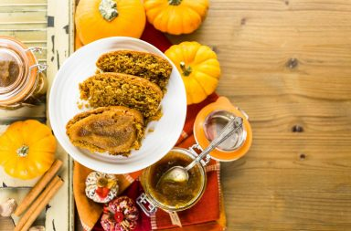 Тыквенный хлеб с соусом из семян подсолнечника