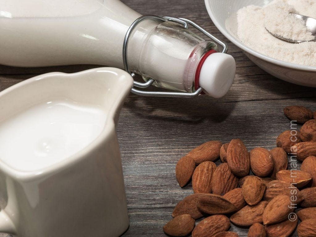 Для приготовления понадобятся лишь миндальные орехи, вода и кокос