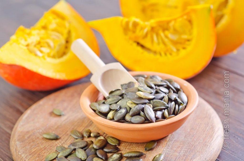 Из тыквенных семечек можно приготовить полезное масло или дополнить ими блюда