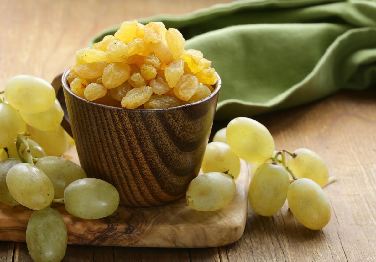 Какие витамины в изюме: польза сухофрукта в вашем рационе