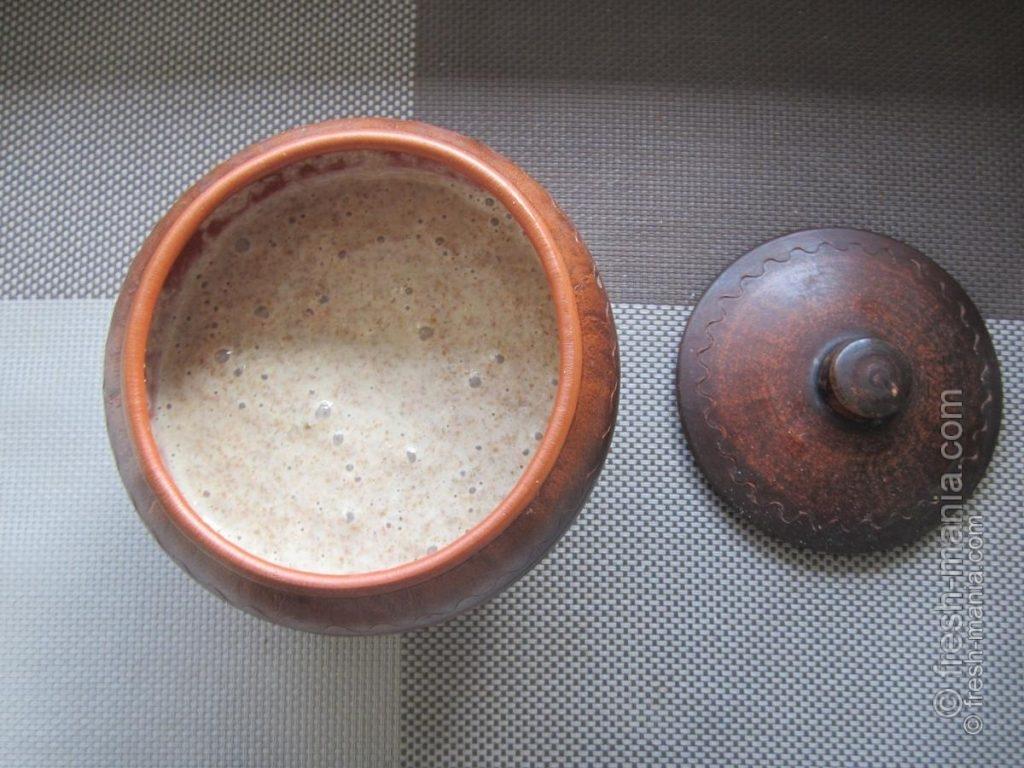 Выделенную для хлебцов часть ржаной закваски заливаем теплой водой