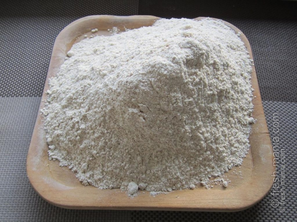 Добавляем теплую воду (200 мл), соль (1 ч.л.) и муку