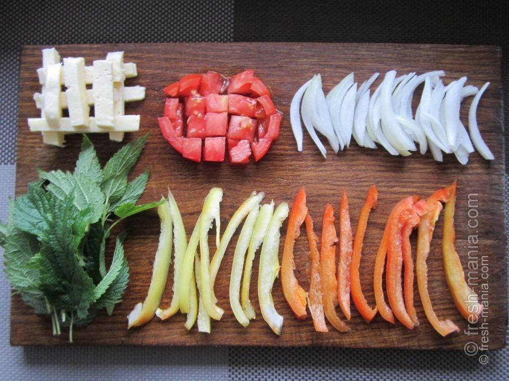 сладкий перец, помидоры, крапива, репчатый лук и сыр.