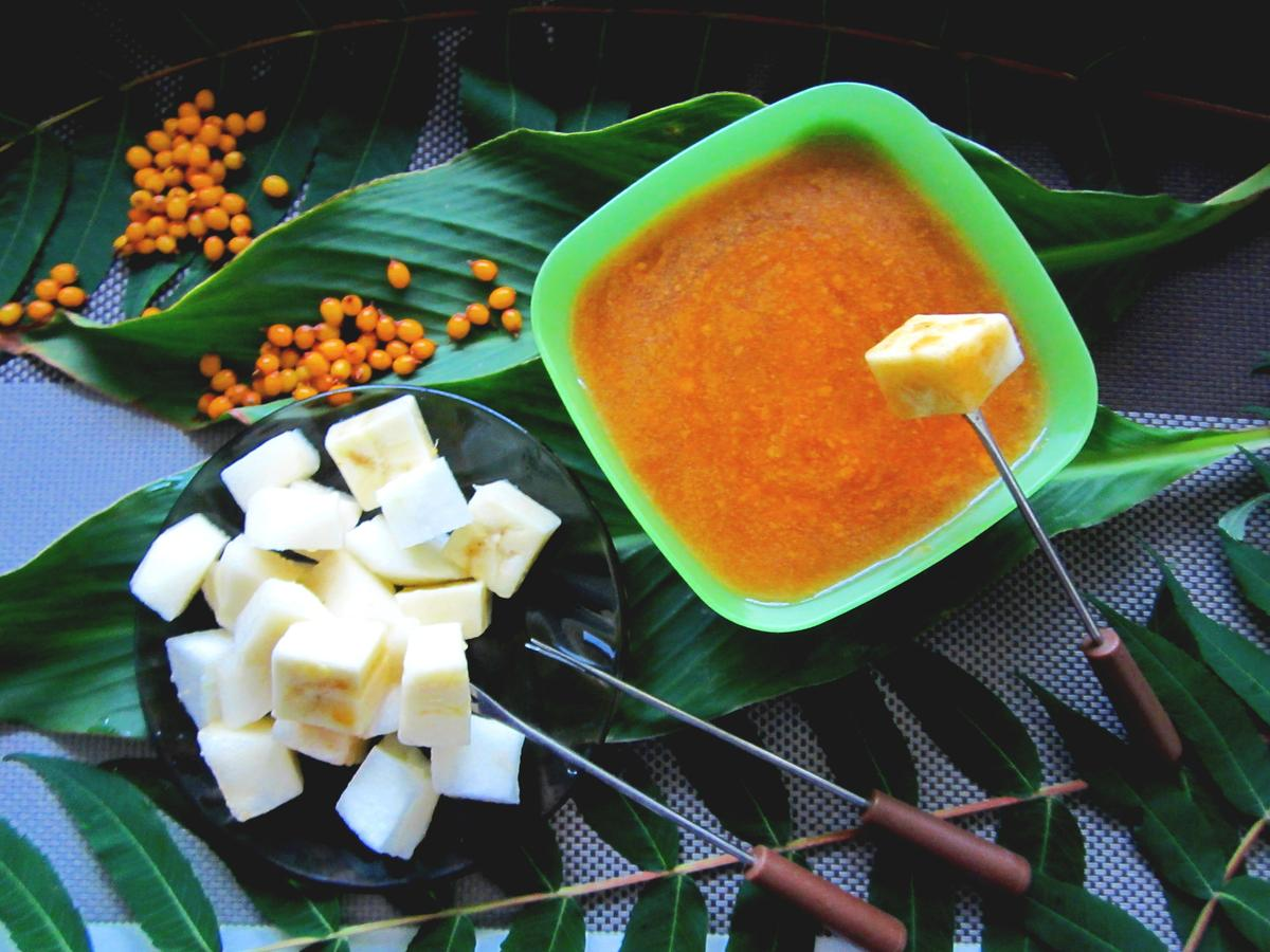 Фруктовый салат с облепихово-сливовым соусом