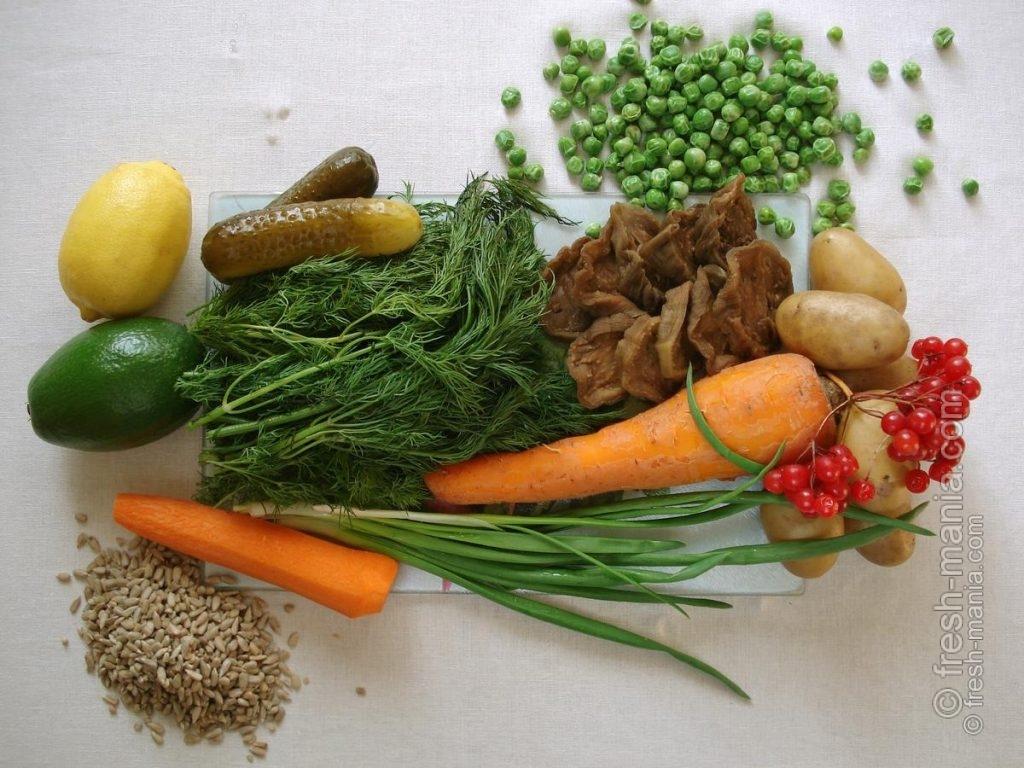 Все ингредиенты для новогоднего венка из оливье