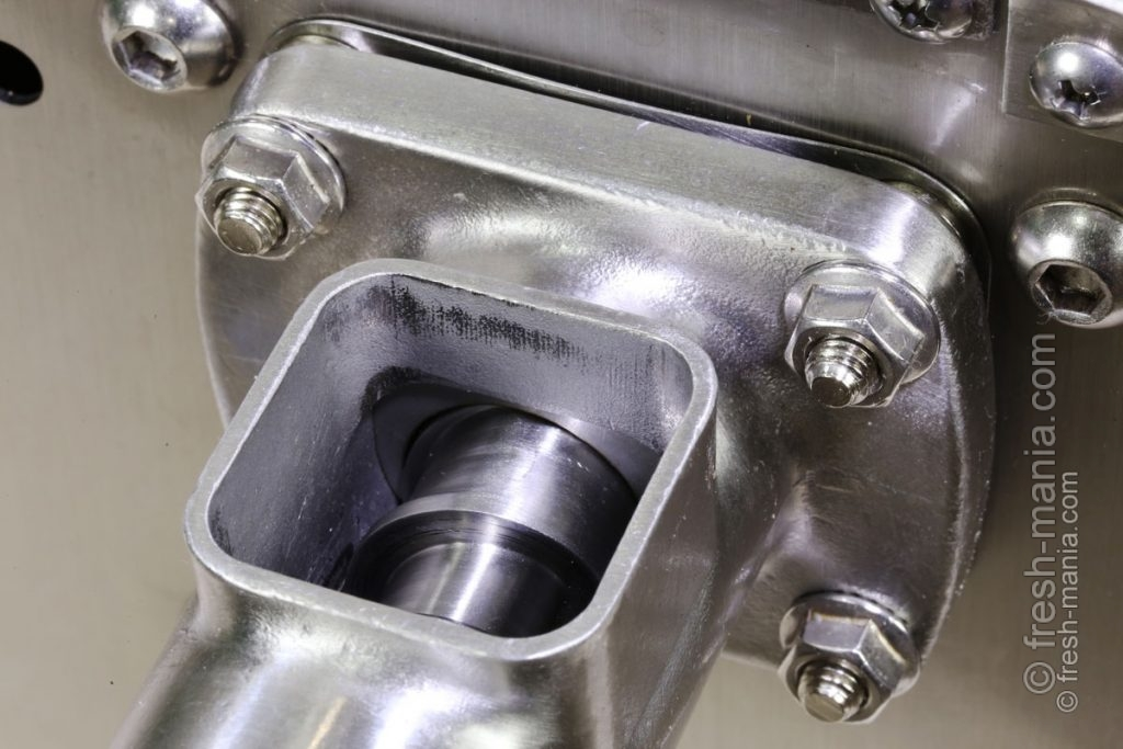 Камера маслопресса крепится на 4-х стальных осях с помощью гаек