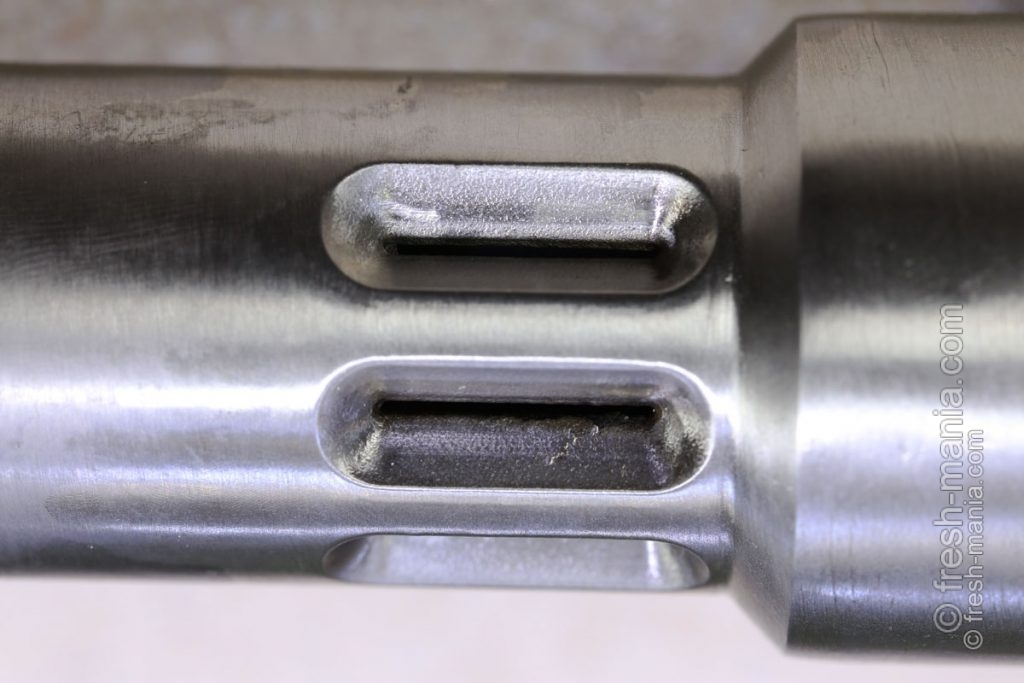 Отверстия для выхода масла, расположенные в нижней части камеры