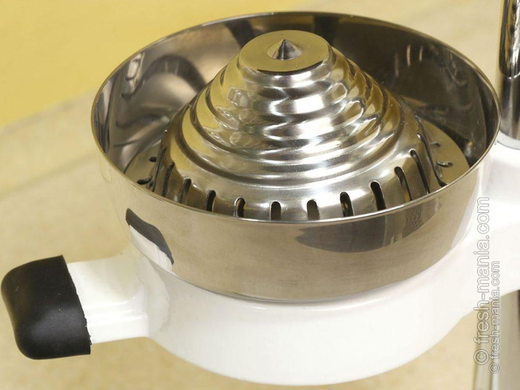 Широкая приемная чаша позволяет делать даже самых крупных плодов до 12 см в диаметре