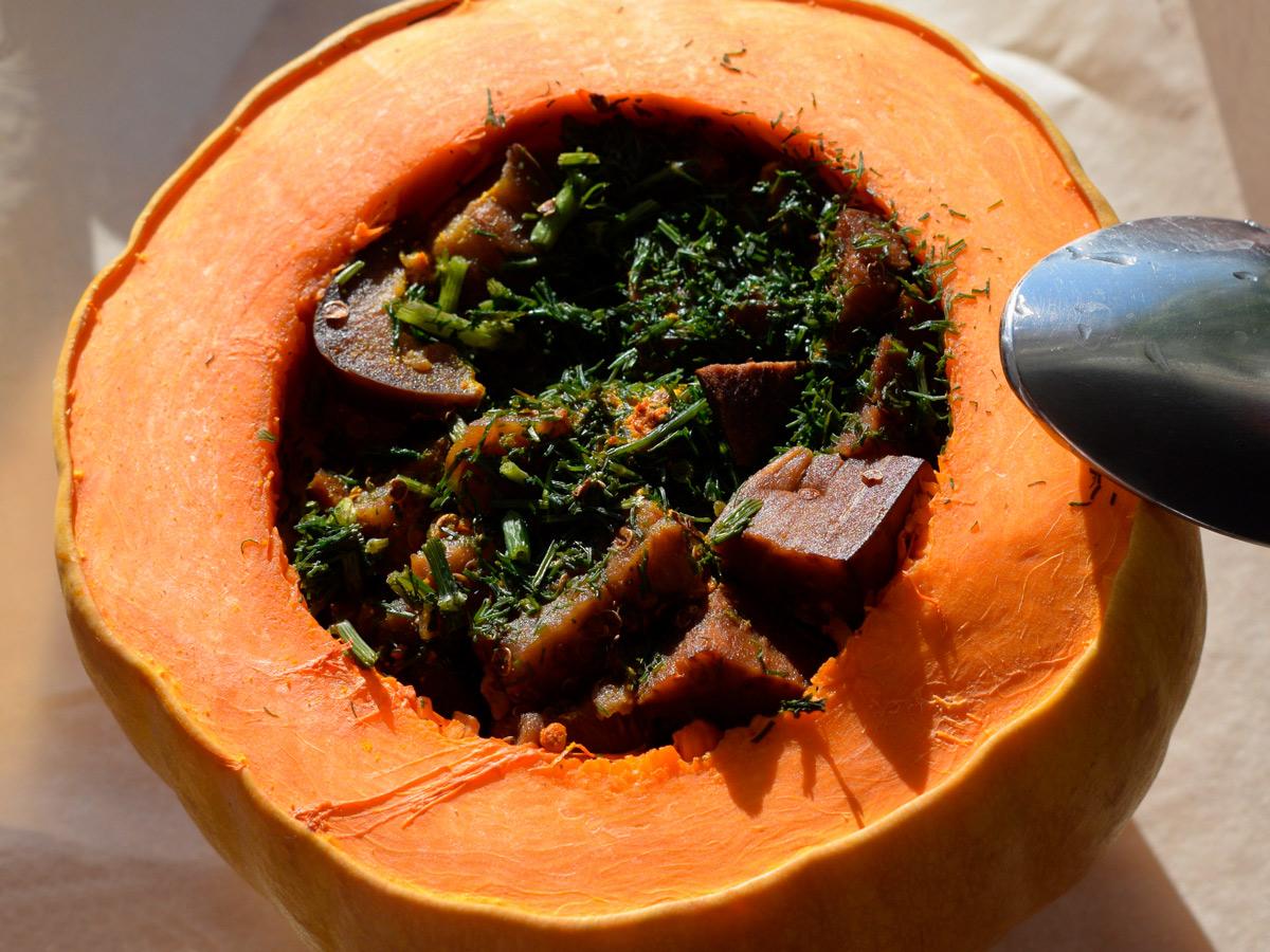 Запеченная тыква с начинкой из овощей