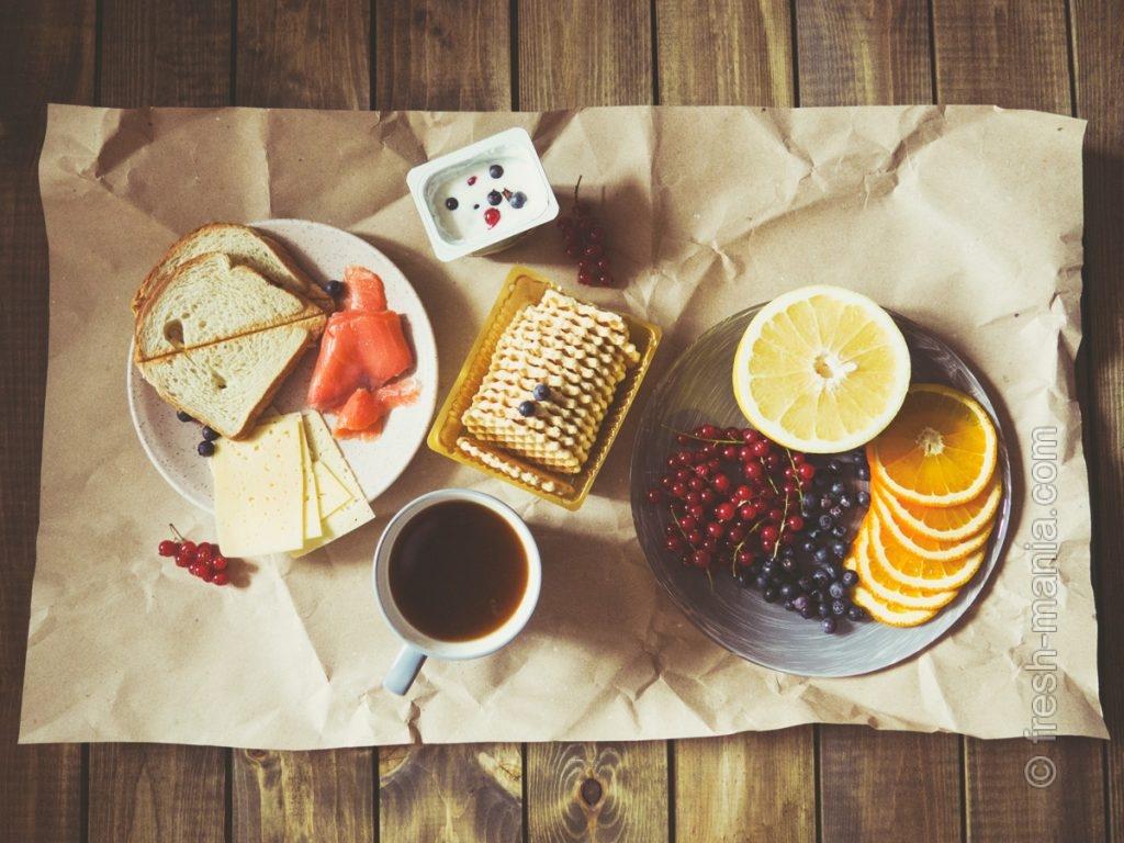 Хлеб хорошо сочетается с жирными продуктами, кисло-сладкие фрукты – с ягодами