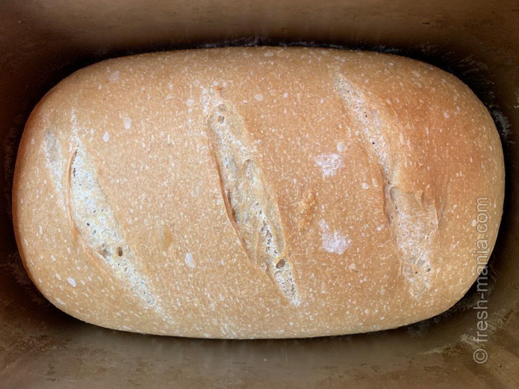 Свежеиспеченная в хлебопечке буханка (с надрезами)