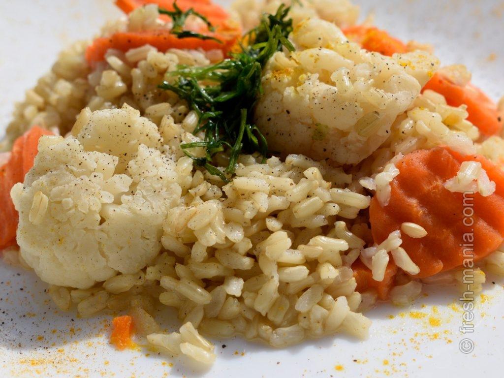 Сочетайте рис с овощами, любимыми специями и растительным маслом