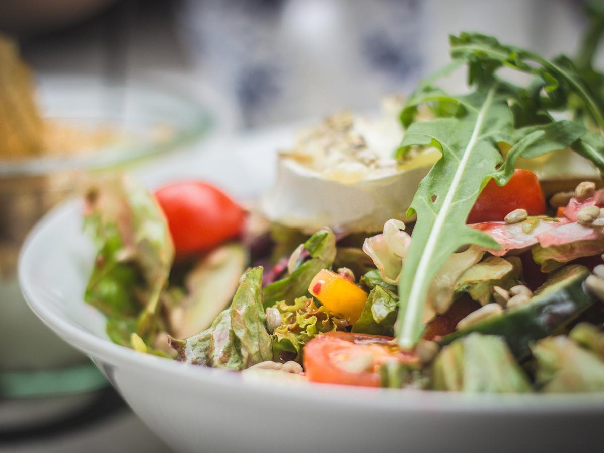 Летний средиземноморский салат с нутом