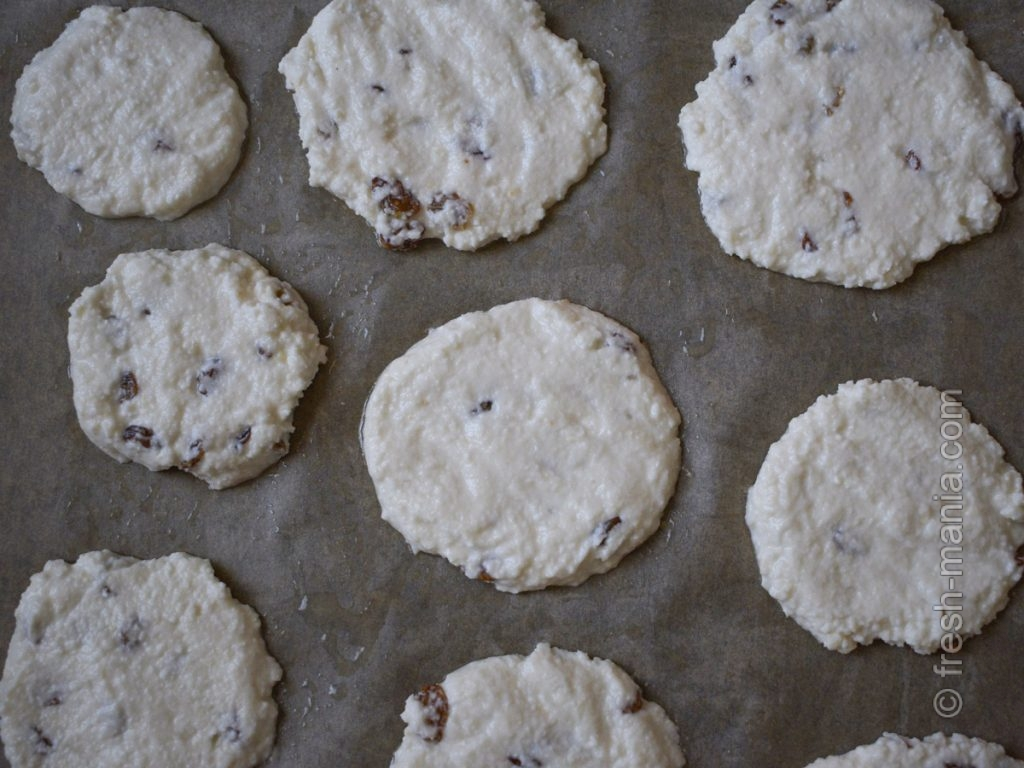 Чтобы печенье получилось хрустящим, сделайте его более плоским