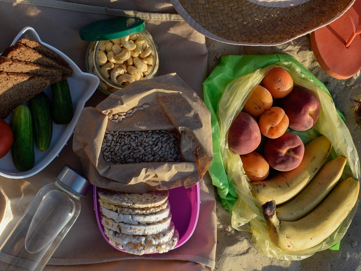 Какую еду взять на пляж, чтобы было полезно и удобно
