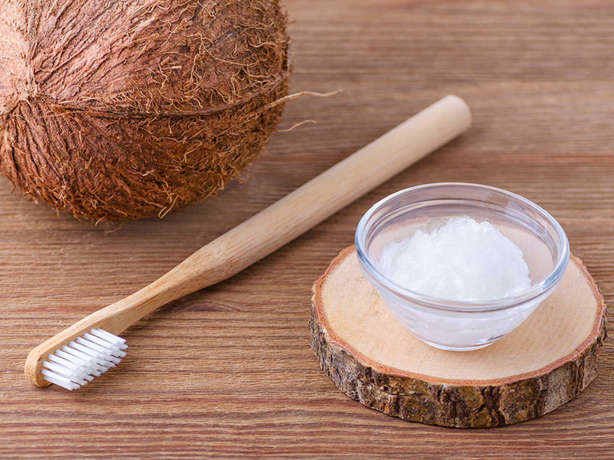 Кокосовое масло для зубов – натуральное отбеливание
