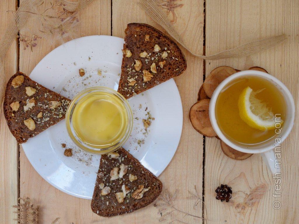 Сладкий бутерброд с медом из разнотравья