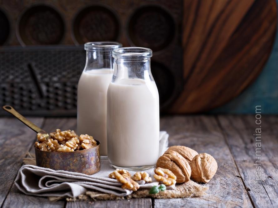 В ореховое молоко вкусно добавить финики или корицу