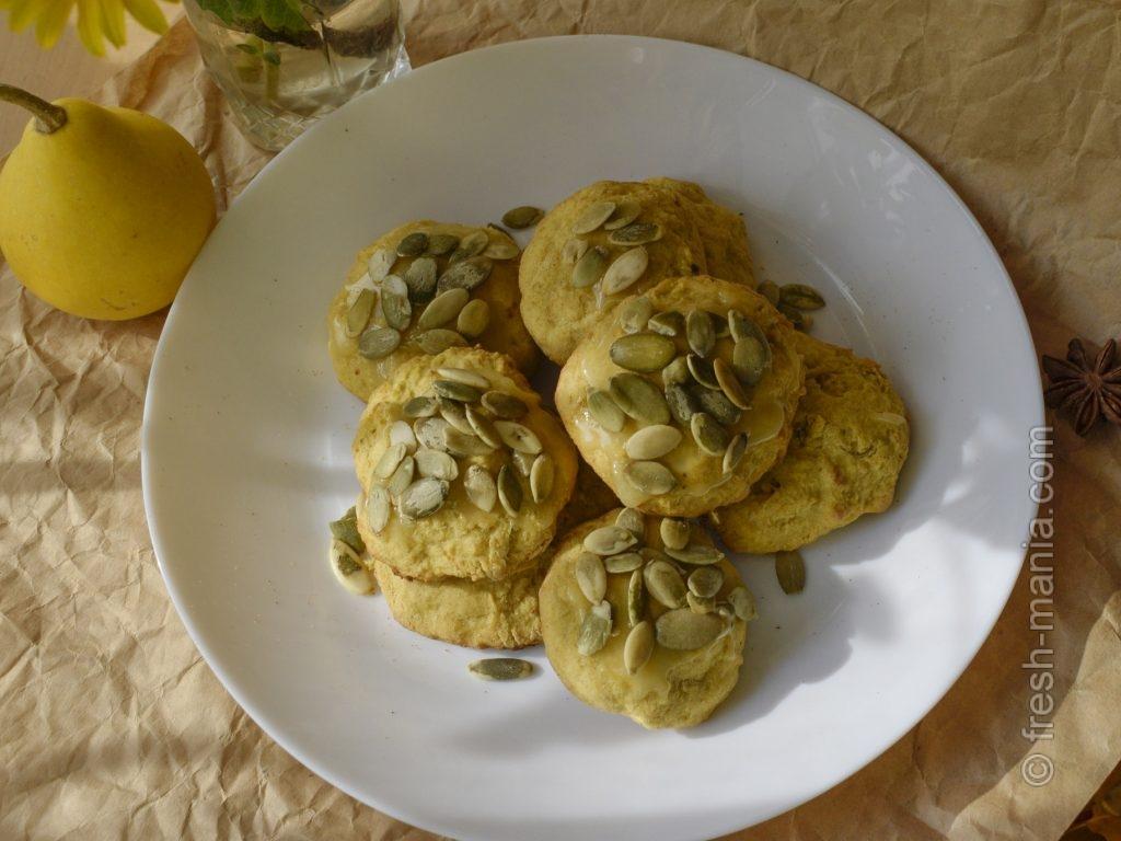 Готовые печеньки можно посыпать тыквенными семечками