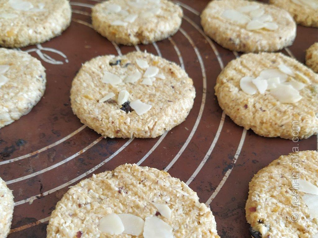 Овсяное печенье с сухофруктами перед выпечкой
