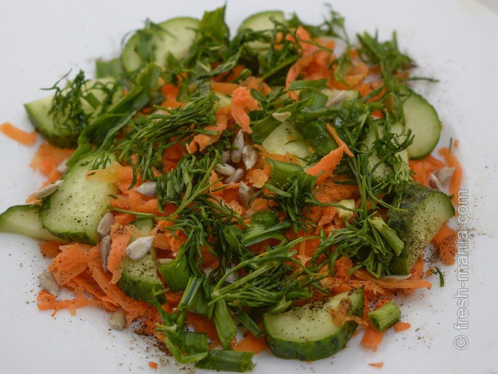 Салат из сырой моркови и огурца