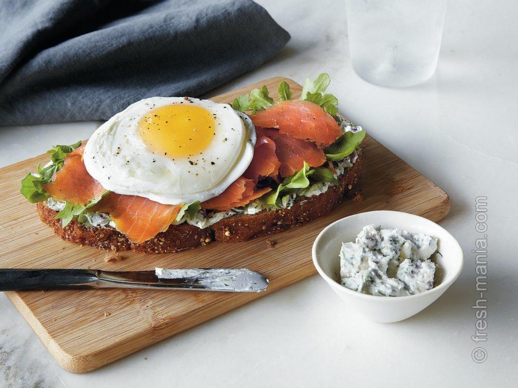 Яичница с лососем