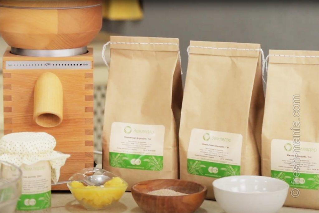 Ингредиенты для хлеба: жерновая мука, закваска, соль, мед, вода